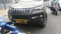 Mobil Toyota Fortuner hitam yang diduga menggunakan pelat nomor dinas Polri palsu di Jatinegara diberhentikan polantas. (Istimewa)