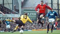 3. Eric Cantona - Mantan striker Leeds ini merupakan simbol kebangkitan Manchester United pada era 90-an. Pemain terbaik Liga Inggris tahun 1993/1994 ini membantu United meraih 11 gelar juara. (AFP/Dave Kendall)