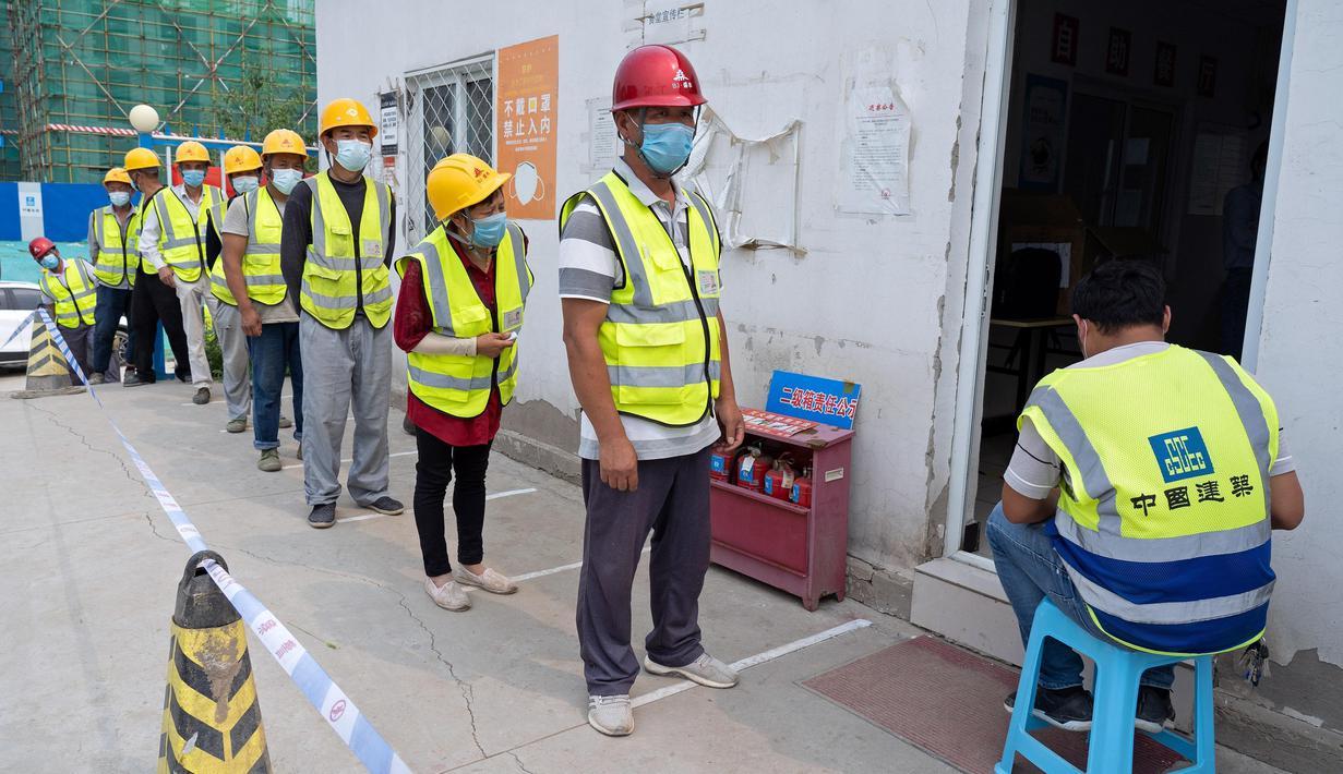 Para pekerja konstruksi berbaris mengantre di lokasi pengambilan sampel sementara di Distrik Daxing, Beijing, China (2/7/2020). Sebanyak 1.353 pekerja di lokasi konstruksi tersebut menjalani pengambilan sampel tes asam nukleat pada Kamis (2/7). (Xinhua/Cai Yang)