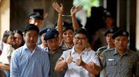 Dua jurnalis yang ditahan kaena meliput krisis Rohingya, Wa Lone (depan bebaju putih) dan Kyaw Soe Oo (belakang mengangkat tangan), resmi dibebaskan pemerintah Myanmar (AFP)