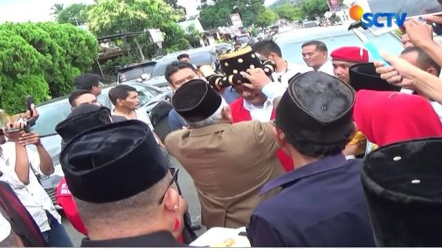 Tiba di Kota Salak, Padang Sidempuan, Djarot Saiful Hidayat langsung mengenakan penutup kepala khas Mandailing sambil menari Tor Tor bersama pendukungnya.