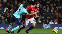 Pemain Manchester United, Juan Mata berebut bola dengan pemain AFC Bournemouth, Nathan Ake pada lanjutan laga Premier League di Old Trafford, Rabu (13/12). Manchester United unggul hanya 1-0 lewat gol Romelu Lukaku. (Martin Rickett/PA via AP)