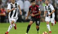 4. Aksi pemain baru AC Milan, Lucas Paqueta Paqueta pada laga Final Piala Super Italia yang berlangsung di stadion King Abdullah Sports City, Jeedah, Kamis (17/1). AC Milan kalah 0-1 kontra Juventus (AFP/Giuseppe Cacace)