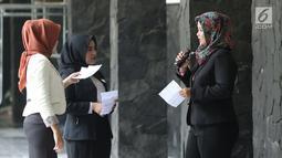 Peserta audisi lomba news presenter Emtek Goes to Campus 2018 berlatih bersama di Gedung 4 Universitas Padjajdaran, Bandung, Selasa (4/12). EGTC Bandung 2018 berlangsung hingga 6 Desember dan diisi beragam materi. (Liputan6.com/Helmi Fithriansyah)