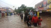 Akses jalan di depan perumahan Ciledug Indah dari Tangerang menuju Jakarta Barat, terputus akibat terendam banjir setinggi 40-50 cm.