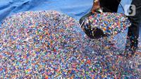 Pekerja menjemur leburan sampah plastik di gudang pengolahan sampah plastik kawasan Bekasi, Rabu (15/9/2021). Skema ekonomi sirkular mampu menjaga keberlanjutan lingkungan sekaligus memberikan manfaat ekonomi dalam hal daur ulang sampah. (Liputan6.com/Herman Zakharia)