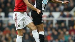 Bek Manchester United, Harry Maguire berebut bola dengan pemain Newcastle United, Joelinton pada laga pekan kedelapan Premier League, di St James' Park, Minggu (6/10/2019). Manchester United (MU) menelan kekalahan 0-1 dari Newcastle United. (Owen Humphreys/PA via AP)
