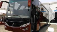 Bus yang dipamerkan ini menggunakan bodi terbaru yang khusus dibuat oleh Karoseri Adiputro yang diberi nama Jetbus HD 2.