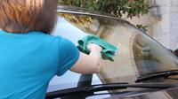 Ilustrasi Cara membersihkan kaca jendela mobil luar. (Microfiber Wholesale)