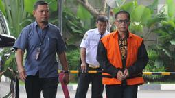 Tersangka Bupati nonaktif Mesuji Khamami (kanan) berjalan memasuki Gedung KPK untuk menjalani pemeriksaan di Jakarta, Selasa (14/5/2019). Khamami diperiksa sebagai tersangka untuk melengkapi berkas terkait kasus suap fee proyek infrastruktur pada Dinas PUPR Pemkab Mesuji. (merdeka.com/Dwi Narwoko)