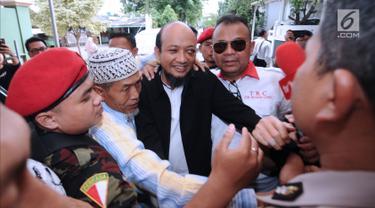 Penyidik KPK, Novel Baswedan (jas hitam) disambut saat tiba di depan masjid di sekitar kediaman di kawasan Kelapa Gading, Jakarta, Kamis (22/2). Novel kembali dalam proses pemulihan sambil menunggu operasi tahap kedua. (Liputan6.com/Helmi Fithriansyah)