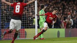 Selebrasi gol kedua Man United yang dicetak Ander Herrera pada babak kelima FA Cup yang berlangsung di stadion Stamford Bridge, London, Selasa (19/2). Man United menang 2-0 atas Chelsea. (AFP/Adrian Dennis)