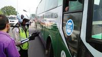Kepolisian Resor Bogor merazia bus yang hendak melintasi jalur menuju Puncak dan Sukabumi. (Liputan6.com/Achmad Sudarno)
