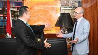 Ketua MPR RI Bambang Soesaty (Bamsoet) saat bertemu Duta Besar Maroko untuk Indonesia, Mr. H. E. Ouadia Benabdellah, di Ruang Kerja Ketua MPR RI, Jakarta, Selasa (19/11/19).