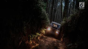 Mobil offroad 4x4 klasik Land Rover menerobos jalan sempit saat wisata offroad menuju trek Sukawana-Cikole di Kab Bandung Barat, Jawa Barat, Jumat (19/10). Wisata offroad di Kab Bandung Barat ini memiliki panjang trek 18 km. (Liputan6.com/Faizal Fanani)