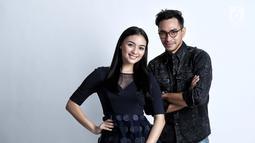 Citra Kirana dan Darius Sinatrya berpose saat pemotretan di kantor KLY, Gondagdia, Jakarta, Selasa (2/10). (Liputan6.com/Herman Zakharia)