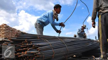 Pekerja mengikat baja yang akan dipindahkan untuk di kirim melalui Pelabuhan Sunda Kelapa, Jakarta, Kamis (15/12). Di Indonesia peluang pengembangan industri dan konstruksi baja nasional masih terbuka lebar. (Liputan6.com/Angga Yuniar)