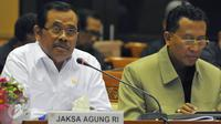 Jaksa Agung Prasetyo (kemeja putih) saat mengikuti rapat dengar pendapat dengan Komisi III DPR RI, Jakarta, Selasa (30/6/2015). Rapat tersebut membahas sinergi penegakan hukum dan permasalahan aktual lainnya. (Liputan6.com/Andrian M Tunay)
