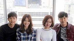 Song Joong Ki (kiri) merangkul pundak Song Hye Kyo. Ketika berfoto bersama dengan pasangan artis lainnya. (Liputan6.com/IG/song0919song)