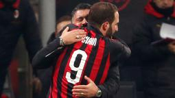 Gonzalo Higuain memeluk pelatih Gennaro Gattuso usai mencetak gol ke gawang SPAL pada lanjutan Liga Italia di stadion San Siro (29/12). Gol ini ia mempersembahkan untuk Gattuso yang sudah menanti golnya sejak 28 Oktober lalu. (AP Photo/Antonio Calanni)