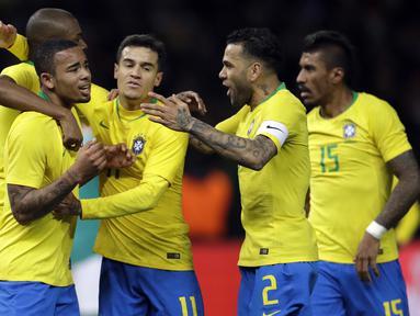 Para pemain Brasil merayakan gol yang dicetak oleh Gabriel Jesus pada laga persahabatan di Stadion Olympiastadion, Berlin, Selasa (27/3/2018). Jerman takluk 0-1 dari Brasil. (AP/Michael Sohn)