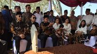 Presiden RI ke-6 Susilo Bambang Yudhoyono (SBY) beserta keluarga bersiazah ke makam almarhumah Ani Yudhoyono di Taman Makam Pahlawan (TMP) Kalibata, Jakarta. (Medeka.com/Nur Habibie)