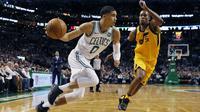 Pemain Boston Celtics, Jayson Tatum (0) menggiring bola melewati adangan pemain Utah Jazz, Rodney Hood (5) pada lanjutan NBA basketball game di TD Garden, Boston, (15/12/2017). Utah Jazz menang 107-95. (AP/Michael Dwyer)