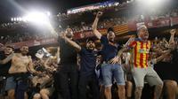 Para suporter Valencia merayakan gelar juara Copa del Rey usai mengalahkan Barcelona pada laga Copa del Rey di Stadion Benito Villamarin, Sevilla, Sabtu (25/5). Barcelona kalah 1-2 dari Valencia. (AFP/Pau Barrena)
