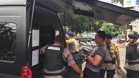 Gegana Polda Metro Jaya dan jajaran Polres Jakarta Pusat di Masjid Sunda Kelapa setelah mendapat laporan soal tas mencurigakan, Selasa (31/12/2019). (Liputan6.com/Putu Merta Surya Putra)