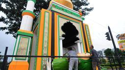 Pekerja membuat dekorasi bernuansa Ramadan dan Hari Raya Idul Fitri di Jalan Raya BSD, Tangerang Selatan, Banten, Kamis (16/5/2019). Selain mempercantik sudut kota, pembuatan dekorasi itu juga untuk memeriahkan bulan suci Ramadan sekaligus menyambut Hari Raya Idul Fitri. (merdeka.com/Arie Basuki)
