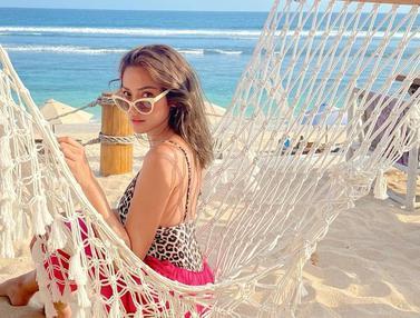 FOTO: Gaya Jessica Iskandar Menikmati Waktu Santai di Pantai, Memesona
