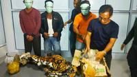Pemburu dan penjual organ harimau sumatra yang ditangkap petugas dengan barang bukti kulit dan janin harimau. (Liputan6.com/M Syukur)