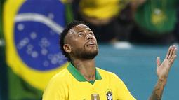 Penyerang Brasil, Neymar Jr berselebrasi usai mencetak gol ke gawang Kolombia selama laga uji coba di Hard Rock Stadium, Florida (7/9/2019). Gol neymar pada menit ke-58 ini menjadi penyelamat Brasil. (AFP Photo/Rhona Wise)