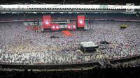 Suasana kampanye akbar Capres dan Cawapres nomor urut 01, Jokowi - Ma'ruf Amin di Stadion Gelora Bung Karno (SGBK), Jakarta, Sabtu (13/4). Kampanye akbar Kampanye akbar tersebut bertajuk konser putih bersatu. (Liputan6.com/Angga Yuniar)