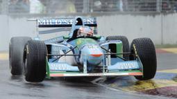 Michael Schumacher harus melakukan pinalti stop-go pada lap ke-14 akibat menyalip pembalap lain ketika sesi formation lap di GP Inggris tahun 1994. Namun dirinya tak mau melakukannya, sehingga ia diganjar bendera hitam dan dilarang mengikuti balapan selanjutnya. (Foto: AFP/Toshifumi Kitamura)