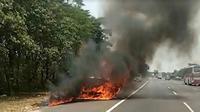 Mobil terbakar di Tol Cipularang (Foto: Liputan6.com/Abremena)