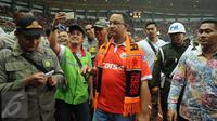 Calon Gubernur DKI Jakarta Anies Baswedan berjalan meninggalkan lapangan usai menonton pertandingan Persija VS Barito Putra di Stadion Patriot Bekasi, Sabtu (22/4). (Liputan6.com/Gempur M. Surya)