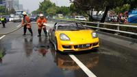 Toyota MR 2 Spyder berlogo Porsche terbakar di Tol Slipi.