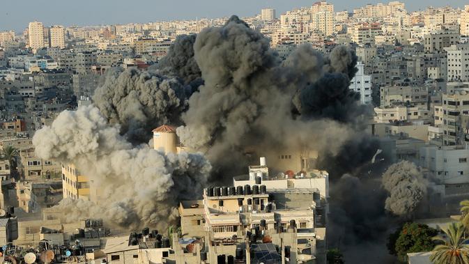 Asap tebal terlihat dari ledakan serangan Israel ke sebuah gedung pusat budaya Said al-Mis'hal di Kota Gaza, Palestina, (9/8). Israel mengerahkan lebih dari 140 serangan udara yang menargetkan posisi militan Hamas di Gaza. (AP Photo/Khalil Hamra)