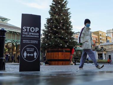 Seseorang berjalan melintasi Covent Garden di London, Inggris (23/11/2020). Tambahan 15.450 orang di Inggris dinyatakan positif COVID-19, menambah total kasus coronavirus di negara itu menjadi 1.527.495, menurut data resmi yang dirilis pada Senin (23/11). (Xinhua/Tim Ireland)