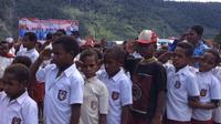 Hampir 29 kabupaten/kota di Papua memilih menggunakan guru bantu atau guru kontrak untuk mendidik anak usia sekolah hingga ke kampung-kampung. (Liputan6.com/Katharina Janur)