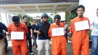 Tiga orang pengedar narkoba jenis sabu berbungkus teh Tiongkok ditangkap Ditresnarkoba Polda Sumsel (Liputan6.com / Nefri Inge)