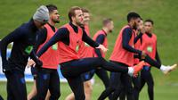 Pemain Timnas Inggris, Harry Kane (tengah) bersama rekan-rekannya ambil bagian dalam sesi latihan jelang menghadapi Swiss dalam pertandingan UEFA Nations League, Inggris, Minggu (10/9). (PAUL ELLIS/AFP)