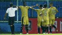 Para pemain Bhayangkara Solo FC merayakan gol yang dicetak oleh striker Ezechiel N'Douassel ke gawang Persija Jakarta dalam laga matchday ke-3 Grup B Piala Menpora 2021 di Stadion Kanjuruhan, Malang, Rabu (31/3/2021). Bhayangkara Solo FC kalah 1-2 dari Persija. (Bola.com/M Iqbal Ichsan)