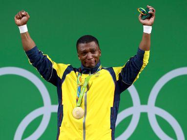 Atlet angkat besi asal Kolombia, Oscar Figueroa  tak kuasa menahan air matanya saat naik ke podium menjuarai cabang angkat besi kelas 62kg di Olimpiade Rio 2016, Brasil pada 8 Agustus 2016. (REUTERS/Yves Herman)