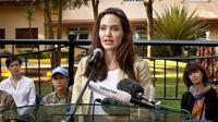Angelina Jolie memberikan sebuah pernyataan di Pusat Pelatihan Dukungan Perdamaian Internasional di Nairobi, Kenya, (20/6). Sekitar 20 wanita telah ditemui Angelina Jolie di rumah penampungan yang telah lari dari konflik. (AP Photo/Khalil Senosi)