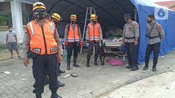 Polisi menggunakan anjing pelacak untuk mencari korban gempa bumi di bangunan Rumah Sakit Mitra Manakarra yang runtuh di Mamuju, Minggu (17/1/2021). Polri mengerahkan enam ekor K-9 untuk membantu menangani dampak gempa bumi di Majene dan Mamuju, Sulawesi Barat. (Liputan6.com/Abdul Rajab Umar)