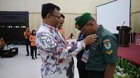 Penyematan tanda peserta rakor dan latihan pencarian dan pertolongan daerah yang digelar Basarnas Jawa Barat di Cirebon. Foto (Liputan6.com / Panji Prayitno)