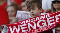 Suporter cilik menghadiri acara perpisahan pelatih Arsenal, Arsene Wenger, di Stadion Emirates (6/5/2018). Selama 22 tahun membesut Arsenal, Wenger telah mempersembahkan 17 gelar dan 704 Kemenangan. (AFP/Ian Kington)