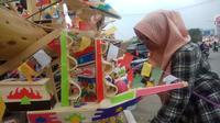 Mainan pesawat dan gabus telok abang dijajakan setiap bulan Agustus jelang HUT Kemerdekaan RI (Liputan6.com / Nefri Inge)
